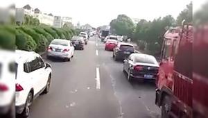 监拍私家车纷纷让道消防车