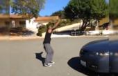 黑人都能弹跳飞跃跑车?他只试了一次,朋友的反应倒是亮了!