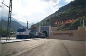 中国跨天山造隧道世界惊叹