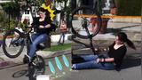 笑死不偿命 厉害啦!妹子上演自行车版速度与激情