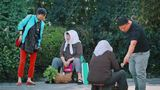 农村卖菜老人因收到假币路边哭泣,有人的举动超级暖心!