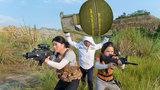 绝地求生真人版:两个美女玩家追杀敌人,却落入手雷陷阱送了人头