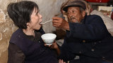 感动!山东老汉20元彩礼娶回瘫痪妻子 用汤匙喂养46年