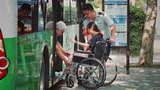 当轮椅姑娘独自乘公交,会发生什么?最后那个小女孩太懂事了!