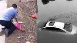 广东一小车坠水:被困6人中4人死亡 死者含2岁幼儿
