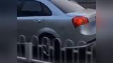 看你还敢任性!北京一逆行轿车被车流顶着倒退数百米