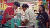 老人超市排队因耳背遭嫌弃,最后那个收银小哥的三观太正了!