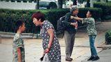 当奶奶被宠坏的孙子粗暴对待,有路人上来就训斥男孩!