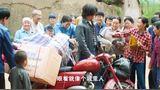 柿柿红 村里来了城里人一群村妇围着看稀罕 墨镜一摘原来是牛旺!