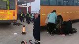 【山东】13岁中学生校门口被校车撞倒身亡 肇事司机已被警方控制