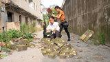 绝地求生真人版:外挂玩家一万发子弹加大菠萝,最后却败给平底锅
