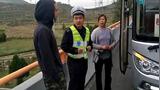 高速上行走 交警土味英语制止外国小哥:You can ride bus 去 Lanzhou