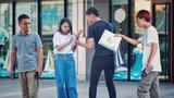 女孩遭陌生人恶意搭讪骚扰,引来路人小伙怒吼:离她三米远!