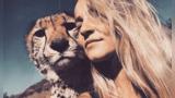 【南非】21岁女子自幼在猛兽群长大 与豹子老虎相拥而眠