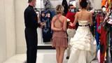 超强逼婚!女子穿婚纱带着伴娘直冲男友公司:不结婚就分手