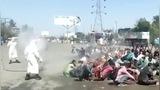 非人对待! 印度卫生人员向返乡民工集体喷洒消毒剂