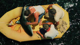 真实事件改编冒险片,士兵被困海上,吃鲨鱼充饥