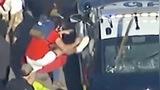 美国黑人之死引发暴力抗议 民众纵火抢掠,围攻警车焚烧国旗