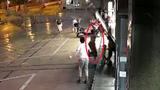 女子回应救陌生小孩手撑玻璃门被砸晕:住院12天 系母亲本能