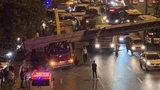 南京街头限高架被货车撞倒 交警:无人伤亡肇事货车被暂扣