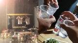 雨中4人顶广告牌吃饭2小时 网友:酒逢知己千杯少大雨浇头照常喝