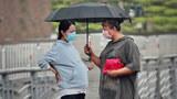 雨天看到孕妇的伞坏了,有陌生人直接把自己的伞递给了她