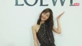 刘雯亮片露背长裙优雅时尚  周雨彤为新剧《我在他乡挺好的》打call