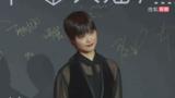李宇春黑色衬衫马甲亮相又A又飒 透露今年将举行演唱会