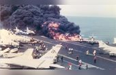 8萬噸美航母被自家人襲擊