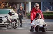 乘坐轮椅的女孩独自过马路