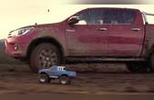 泥浆里的大小汽车