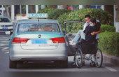 乘坐轮椅的女生独自打车