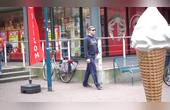 国外恶搞,男子在公共场所打了个大饱嗝后做了一套动作惊呆路人