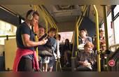 国外恶搞,男子在公交车上唱着五音不全的歌,逗得路人偷笑
