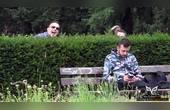 国外恶搞,男子用柳条、草瘙痒路人头和脸,路人抓耳挠腮逗死个人
