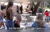 国外恶搞,漂亮妹子假装剪陌生人头发,看路人反应