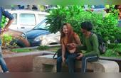 国外恶搞,印度男子不慎坐在女孩腿上,看女孩反应