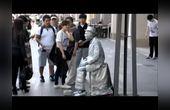 国外恶搞,街头艺术家扮活雕像吓到韩国游客