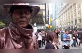 国外恶搞,街头艺术家青铜牛仔精彩表演