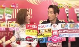 吴卓羲杨怡出席明星发布会 跟洪天明学做生意