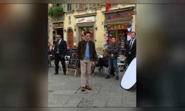 霍建华意大利街头戴假发拍戏 吃瓜群众组团围观