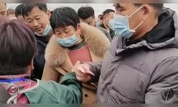 大衣哥朱之文真不愧是名人,出个门都被人围观拍照,还不停地要和他握手!