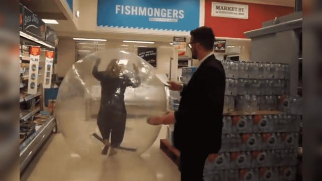 女子进充气球逛超市