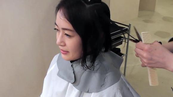 40岁女性及腰长发尝试剪短发,发型师几剪刀下去,完全不同一个人
