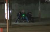 小伙用激光假装被狙击,路人的反应让人笑喷!