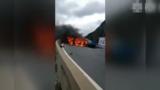 """1死7伤!保时捷和商务车相撞,百万豪车烧成""""铁壳"""""""