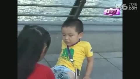 小男孩尿裤子,小女孩帮她换,超级可爱~~