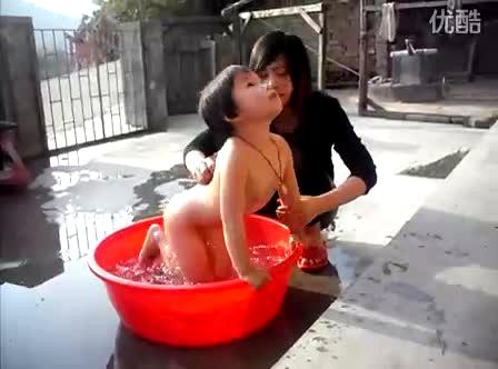 姐姐帮宝宝洗澡-搞笑视频-搜狐视频