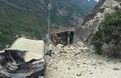 重慶山體坍塌路過轎車被砸