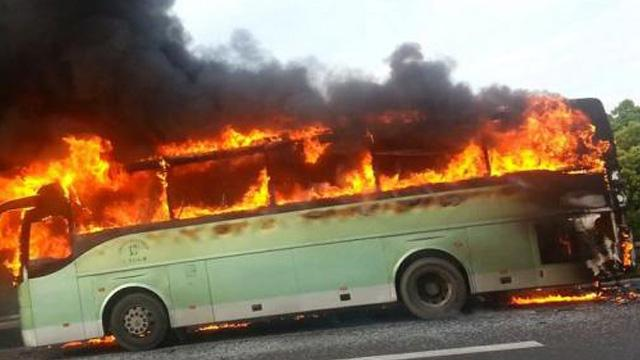 北京一大巴车自燃 全车喷吐烈火被烧成框架